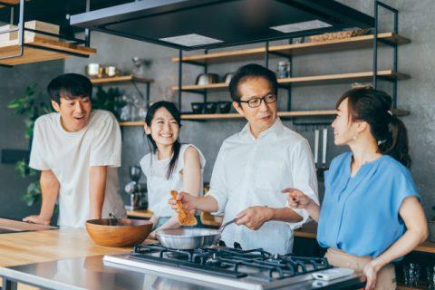 カウンターキッチンで笑顔の家族
